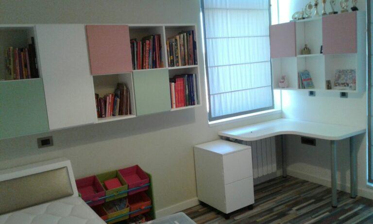Детска стая Изток 2_бюро с етажерка