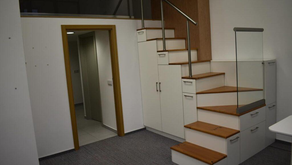 Двуетажен офис с кухня